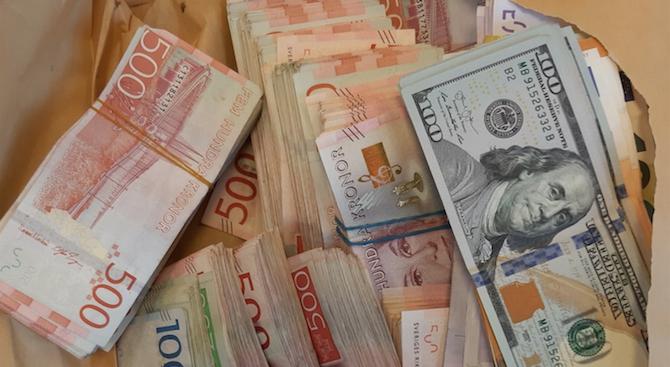 Задържахме недекларирана валута за над 137 000 лева