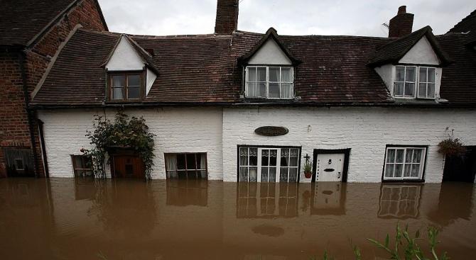 Жена загина заради наводненията в Северна Англия