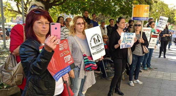 Протестираха срещу Закона за децата във Варна
