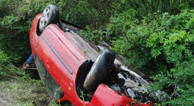 Млад мъж преобърна колата си в канавка край Хасково