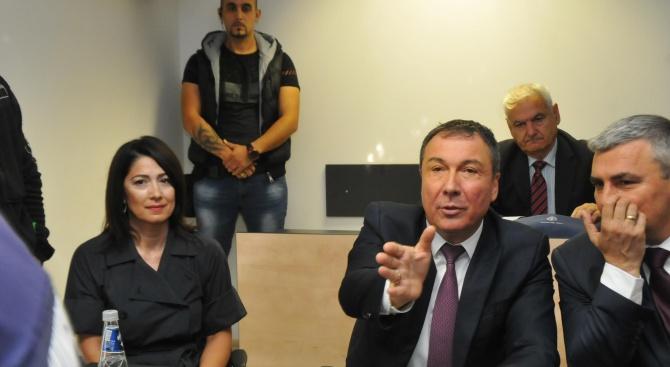 Кметът на Несебър се закле, свалиха му белезниците за церемонията