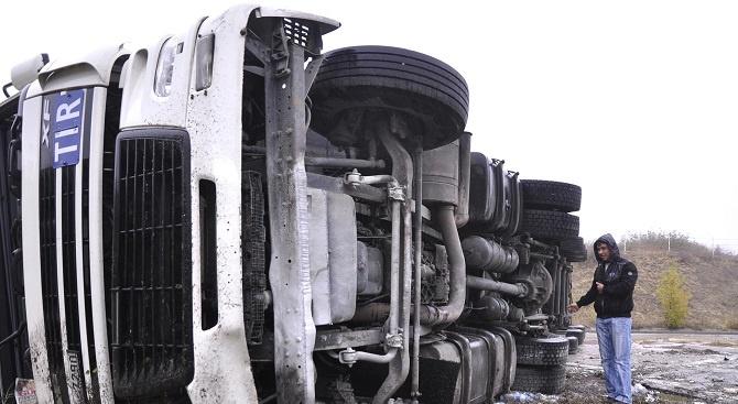 Товарен автомобил се преобърна на Хемус