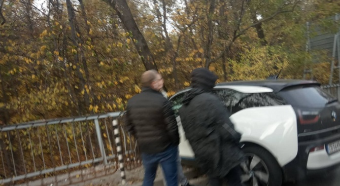 Шофьор се заби в ограда на оживен столичен булевард