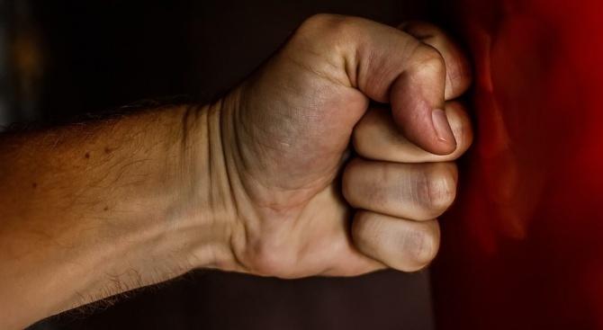 Младежи пребиха 53-годишен мъж