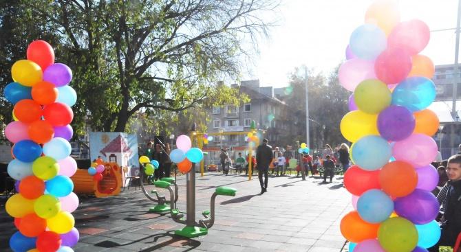 Деца със специални потребности имат нов двор с уреди за игротерапия в Бургас