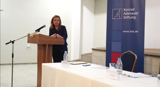 Зам.-министър Русинова: Държавата не само че не отнема деца от семействата им, тя винаги е търсила начини да ги подкрепя в отглеждането