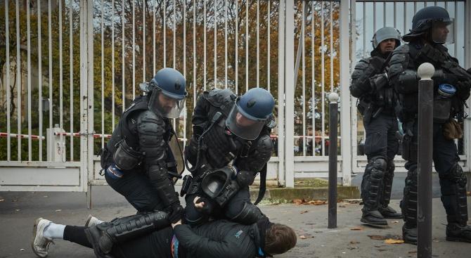 """Полицията в Париж задържа най-малко 105 души по време на протестните акции на """"жълтите жилетки"""""""