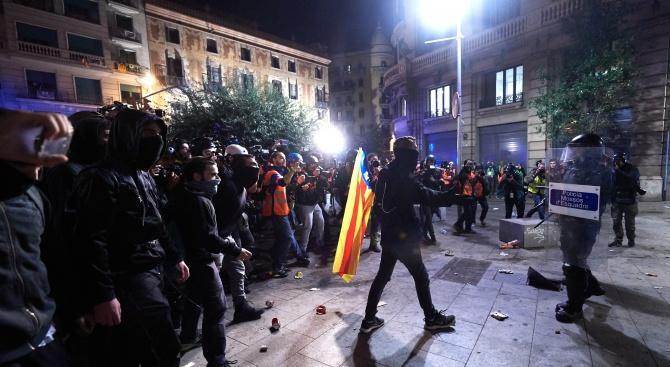 Протестиращи се биха с полицията на централната жп гара в Барселона