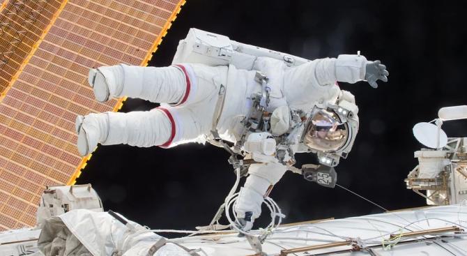 Астронавти за втори път излязоха в открития космос, за да ремонтират спектрометъра на МКС