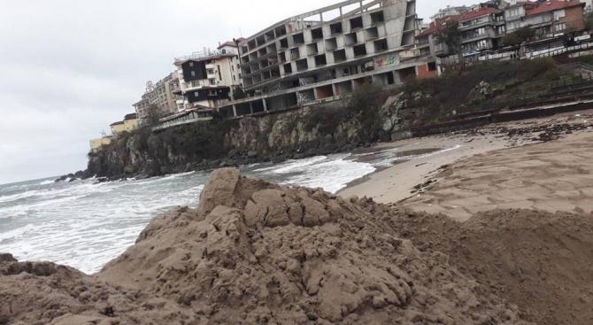 Почти е премахната дигата на Централния плаж в старата част на Созопол