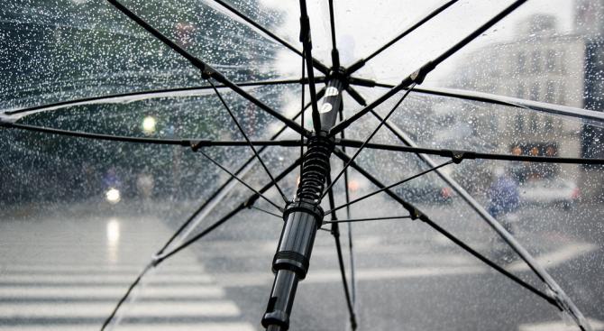 Жълт код за обилни валежи в 7 области в понеделник