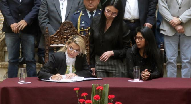 Президентката на Боливия подписа закона за организиране на нови избори