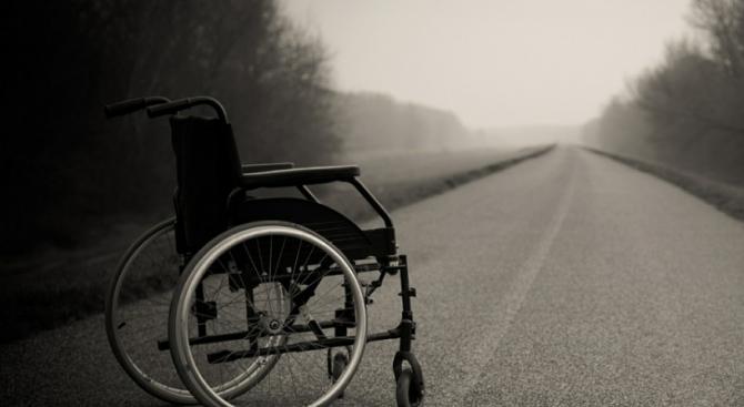 Кола блъсна и уби мъж в инвалидна количка
