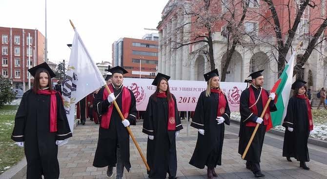 """Медицинският университет в Плевен удостои със """"Златен Хипократ"""" двама пълни отличници от новия випуск лекари"""
