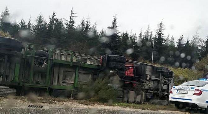 Камион със слънчоглед се обърна край варненското летище