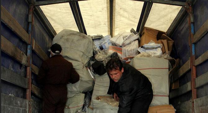 Митничари на МП Калотина иззеха укрити цигари и тютюн за наргиле от коли