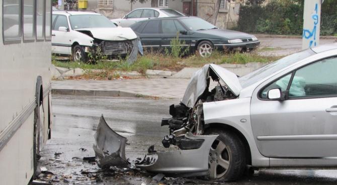 19-годишен шофьор пострада тежко при катастрофа във Варна