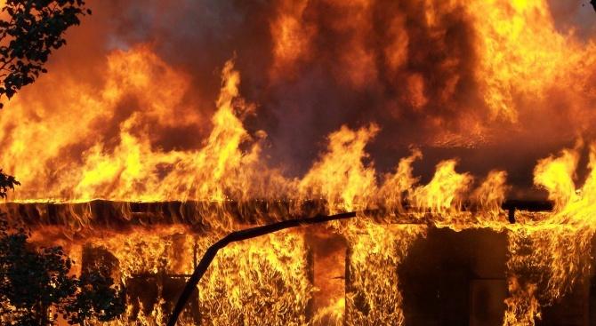 Пожарникари намериха силно обгорял труп