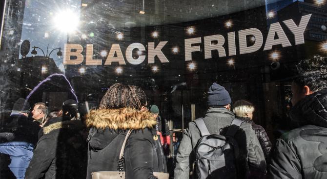 Трима пострадаха в магазин на черния петък в Истанбул