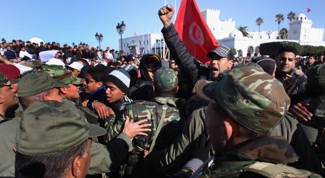 Полицията в Тунис влезе в сблъсъци с демонстранти за третата поредна вечер