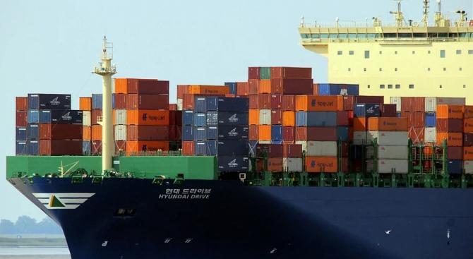 Товарен кораб се повреди в Егейско море, 14 моряци са спасени