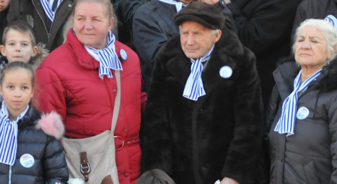 102-годишният Никола се снима с бургаските именици за празника