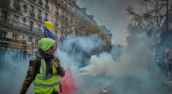 """Полицията използва сълзотворен газ срещу """"жълтите жилетки"""" в Нант и Париж"""