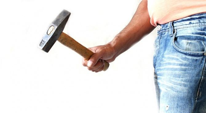 Мъж опита да убие съселянин с чук и нож