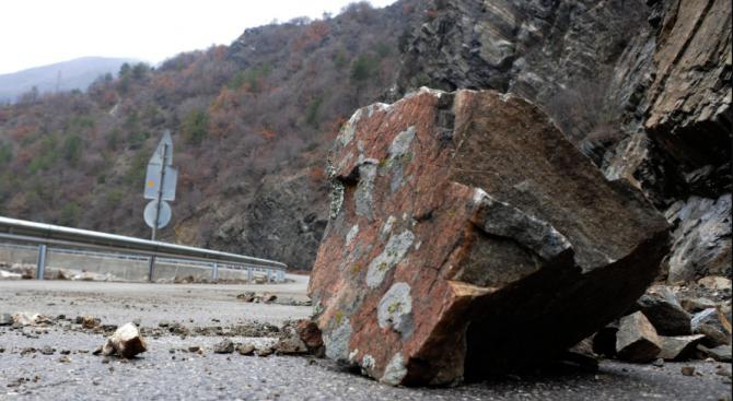 Падащи камъни едва не убиха семейство на Искърското дефиле