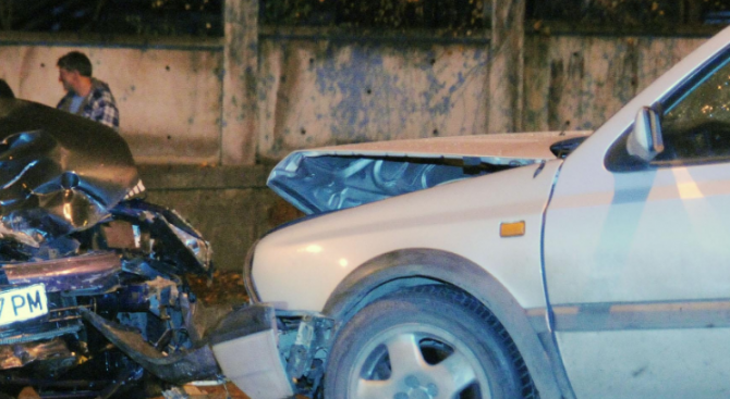 Два автомобила се забиха в Добрич, един е тежко ранен