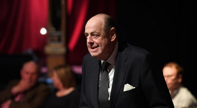 Внукът на Чърчил сваля шапка на Борис Джонсън