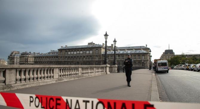 Мъжът, нападнал с нож полицаи в Париж, избягал от психиатрия