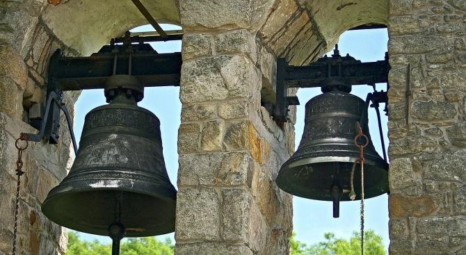 """Нови камбани звънят в църквата """"Св. Неделя"""" в Смолян"""