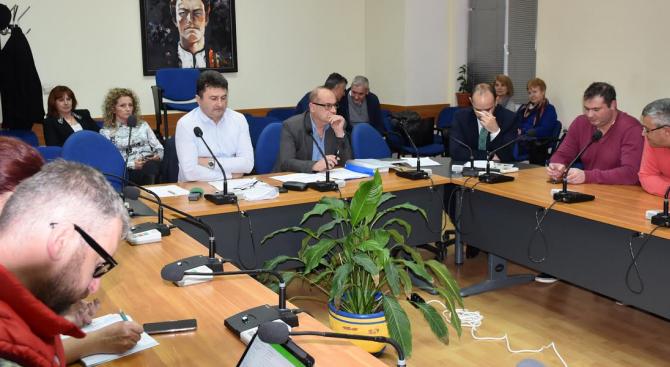 Над два часа обсъждаха предстоящото увеличение на местните данъци в Община Ловеч