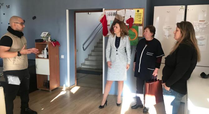 Вицепремиерът Николова посети центрове за деца с увреждания и домове за възрастни хора в София