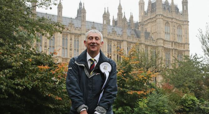 Британският парламент избра лейбъриста Линдзи Хойл за свой шеф