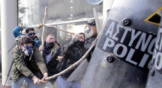 Гръцки анархисти нападнаха супермаркет и кафене в Атина, след операция на полицията