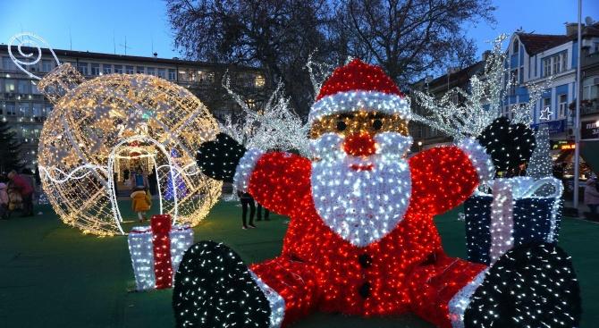 "Нова празнична украса радва варненци на площад ""Независимост"""