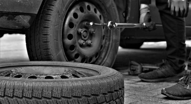 Нарязаха гумите на 15 автомобила в Шумен