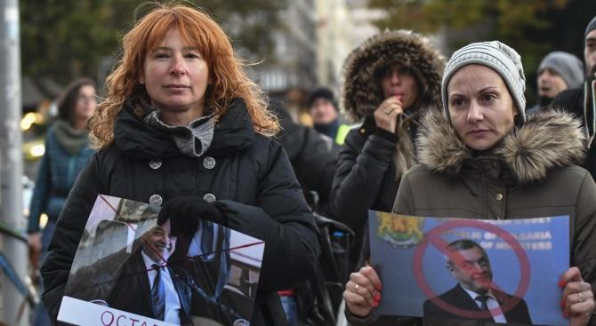"""Майки от """"Системата ни убива"""" излязоха на протест срещу Валери Симеонов"""