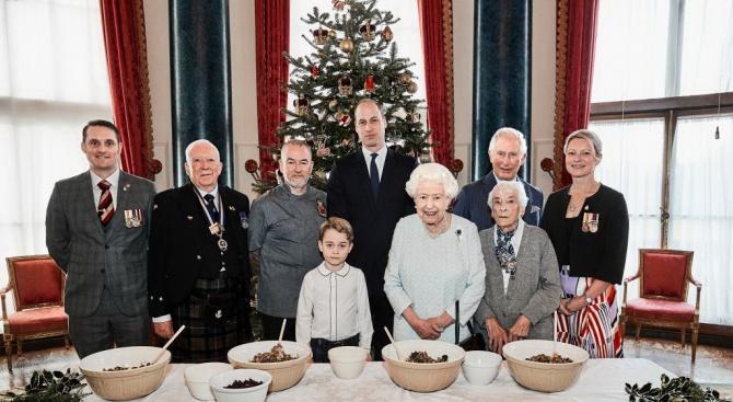 Кралица Елизабет  приготви коледен пудинг