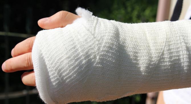 Близо 5 часа държат дете със счупена ръка в забавачка без да му се окаже медицинска помощ