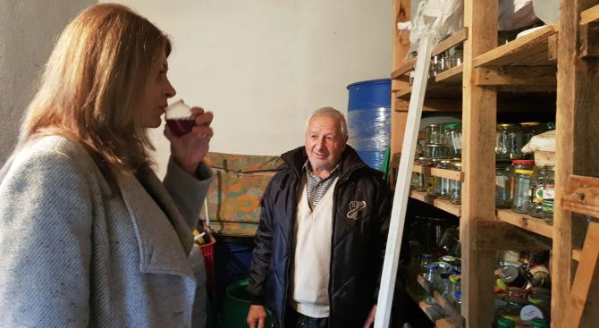 Десислава Радева посети село Рани луг и пийна чаша младо вино с местните