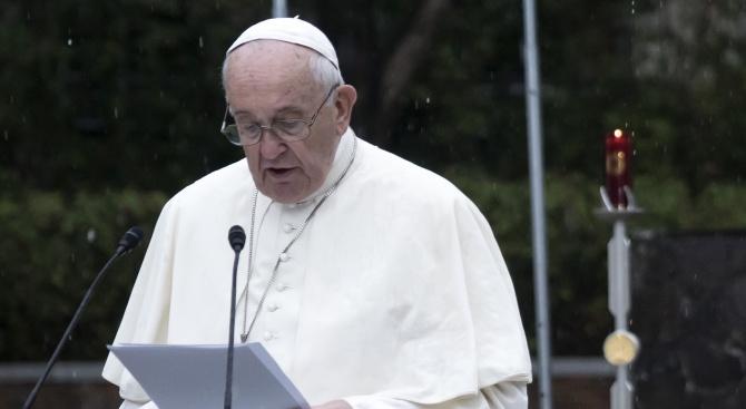 Папа Франциск: Нека Коледната светлина да проникне в тъмнината на човешките сърца