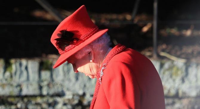 Елизабет II присъства на Коледна меса без съпруга си