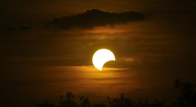 Новолуние и частично слънчево затъмнение