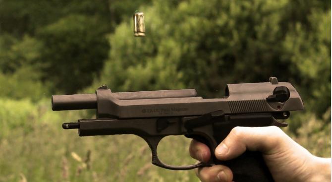 На коледно парти: 25-годишен простреля младеж в Шуменско