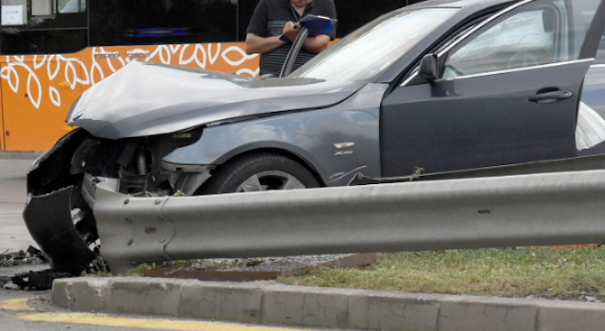 Пиян 19-годишен помете кола, табела, пътен знак и мантинела. Дете е тежко ранено