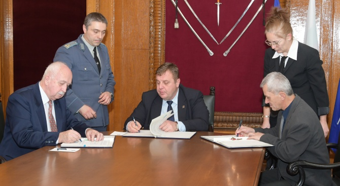Красимир Каракачанов и синдикатите подписаха поредния колективен трудов договор