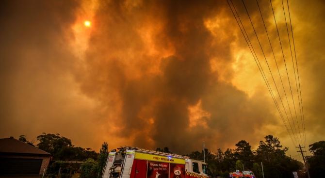 Австралия се мобилизира за спасяването на хиляди души, блокирани от пожари